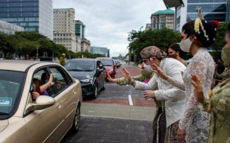 "About 10,000 people attended the ""drive-through"" wedding reception of Putrajaya MP Tengku Adnan Mansor's son"